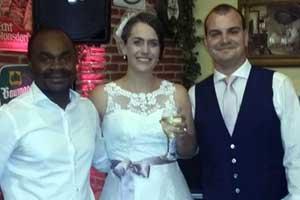 Discjockey Jules mit Hochzeitspaar