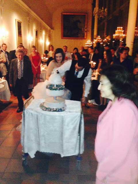 Hochzeitstorte anschneiden